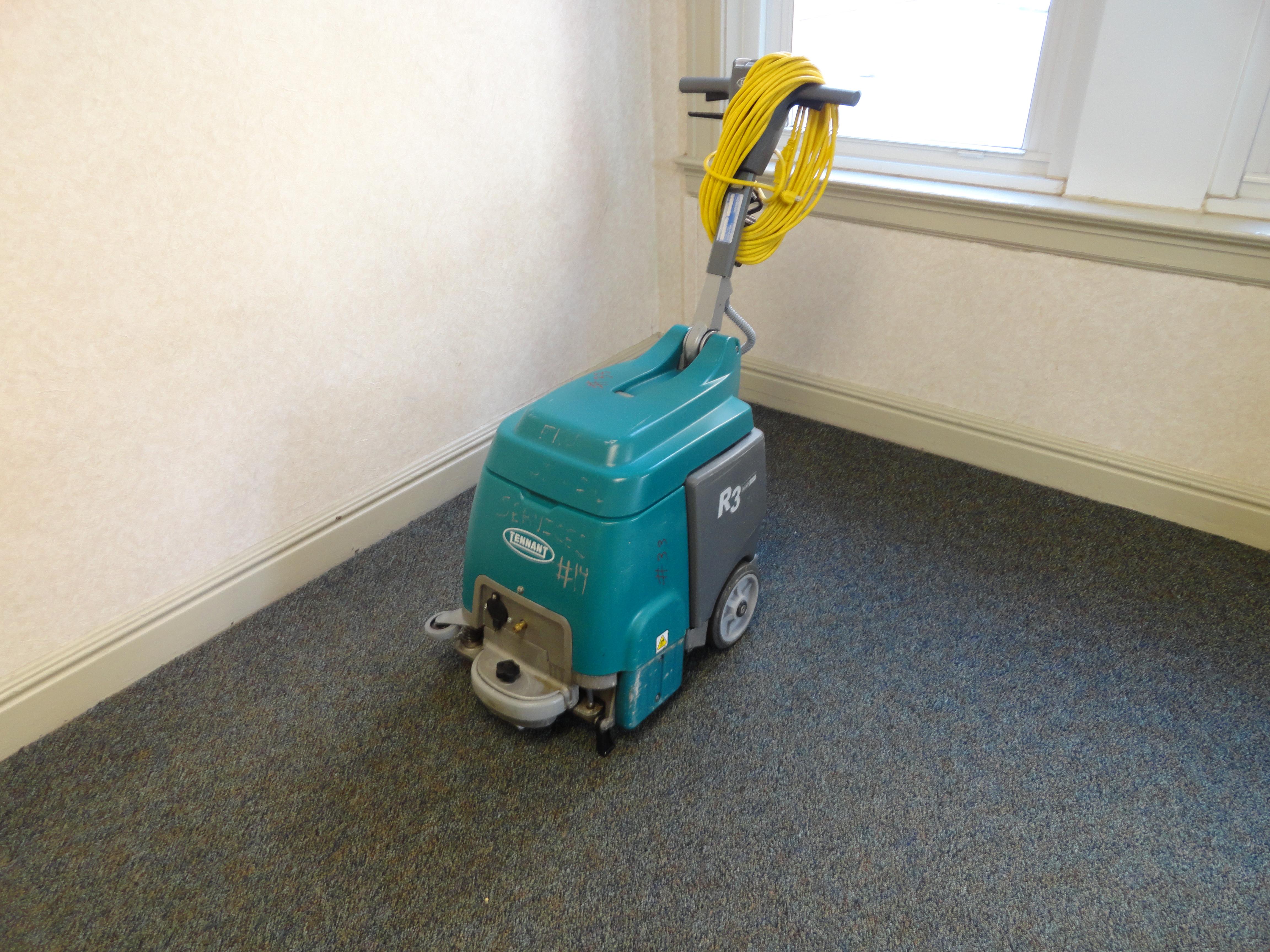 Upright carpet cleaner
